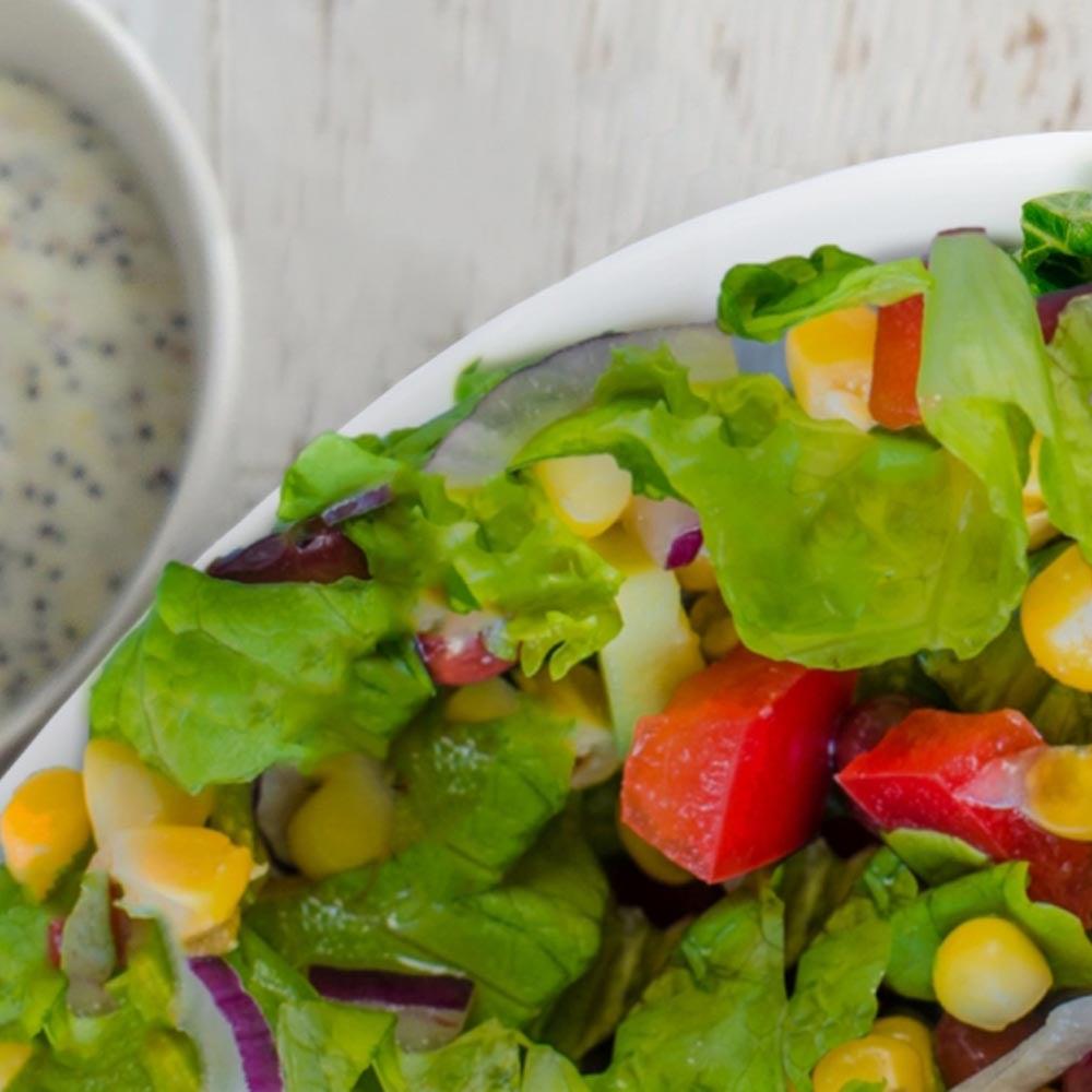 Salade hachée avec vinaigrette aux graines de pavot au babeurre