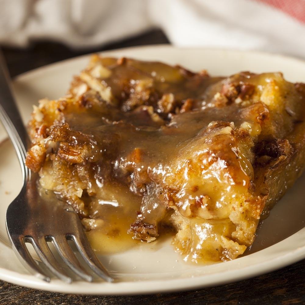 Pudding au pain aux raisins secs à la cannelle avec sauce au whisky au miel