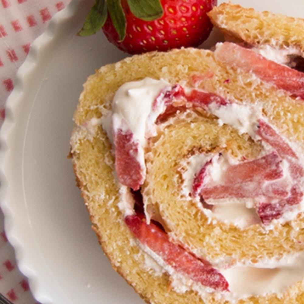 Rouleau de gâteau aux fraises et à la crème