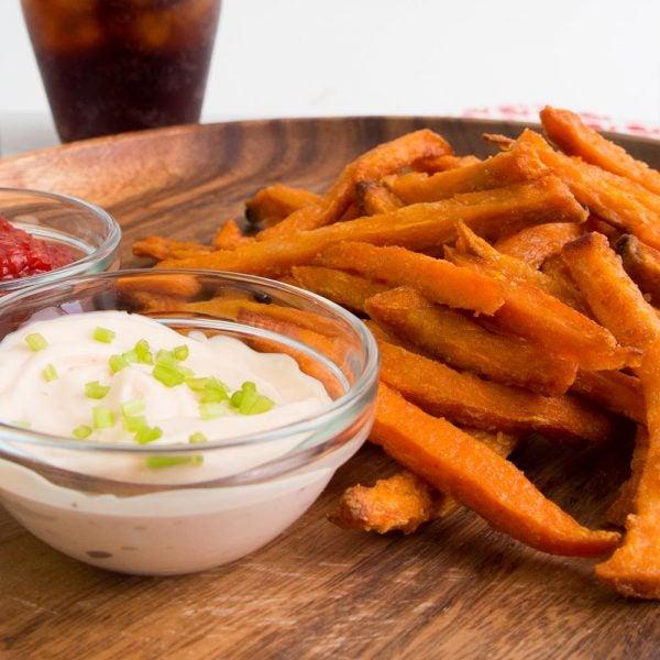 Frites de patates douces rôties avec sauces à tremper asiatiques
