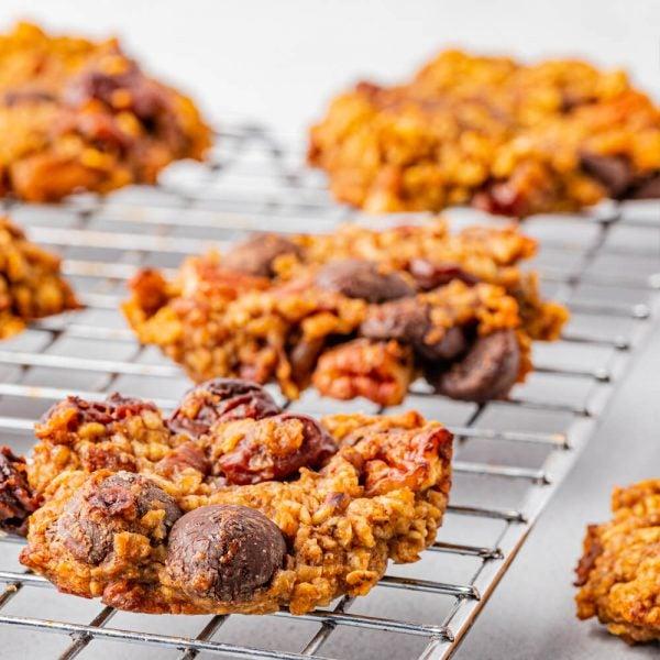 Biscuits mélange du randonneur aux pépites de chocolat et à la cerise